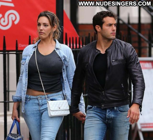Kelly Brook Paparazzi Posing Hot Celebrity Beautiful Jeans Babe London