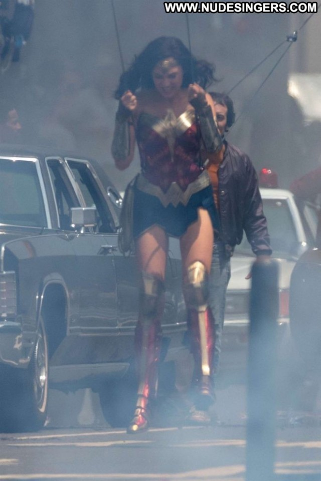 Gal Gadot Wonder Woman Celebrity Paparazzi Posing Hot Beautiful Babe